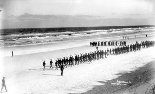 Voluntarios del Tercer Regimiento de Voluntarios de Nebraska marchando en Pablo Beach, Florida