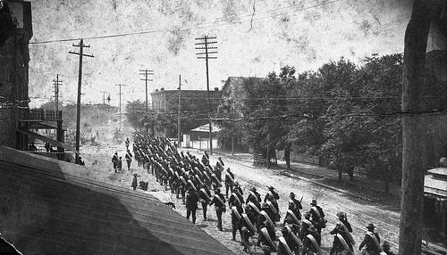 Soldados marchando por la calles de Tampa