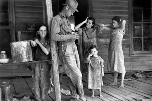Floyd Burroughs junto a los niños de la familia Tingle en Alabama en 1936. / WALKER EVANS / CAPITÁN SWING
