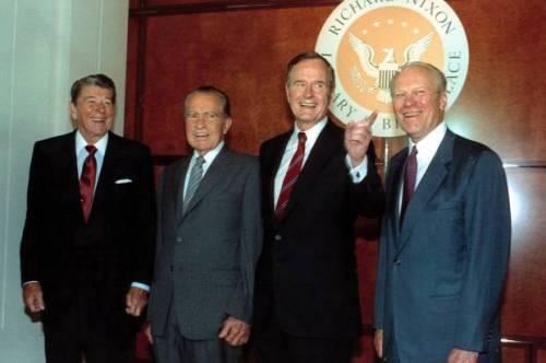 Ronald Reagan, a la izquierda, Richard Nixon y Gerald Ford, a la derecha, posan con George Bush en la Biblioteca Nixon Richard y Casa Natal en 1990 (AP Photo / Barry Thumma) (Crédito: AP)