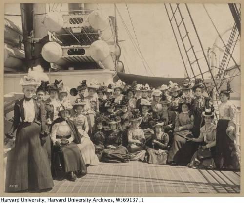 Maestras cubanas a bordo del Sedgwick, camino a Estados Unidos para asistir al curso de verano en Harvard. En el centro, con sombrero de plumas, María de Jesús Hernández Alfonso. Cortesía Harvard University Archives